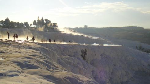 Parece gelo, mas pessoalmente a textura se assemelha às conchinhas do mar. É duro, não escorrega e a água é quentinha. Pamukkale - Turquia.